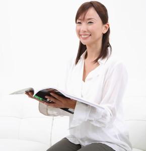 雑誌を読む女性・イメージ