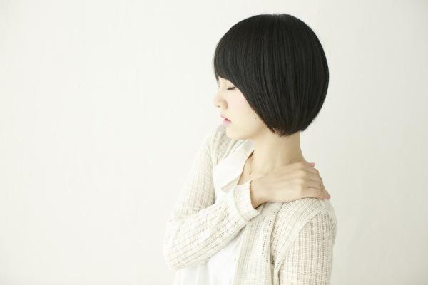 肩こり・若い女性イメージ